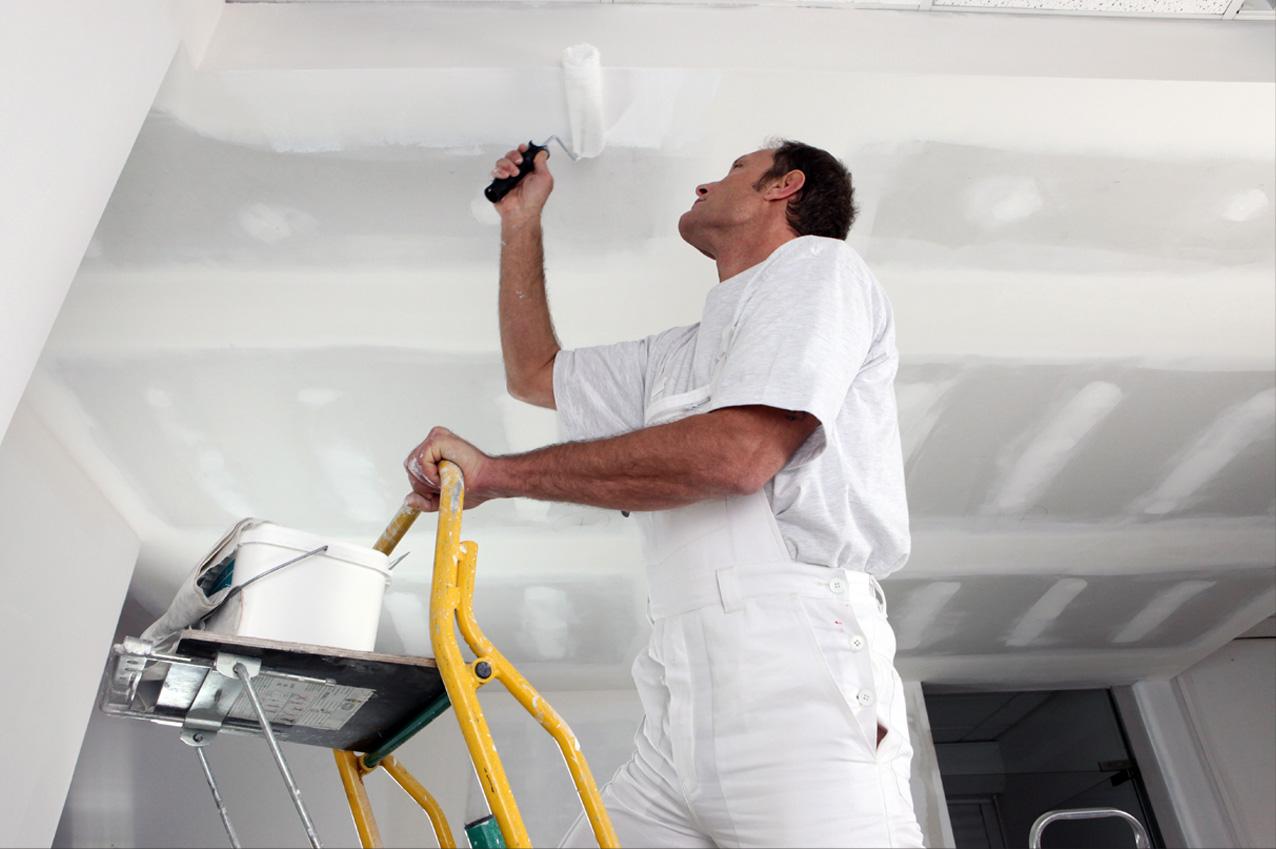 фото мужчины красящим потолок